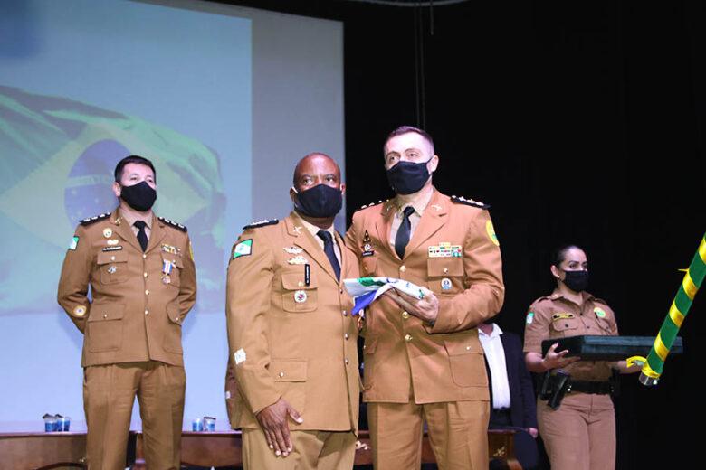 Com emoção, coronel Santos passa comando do 25º BPM e entrega medalhas de mérito