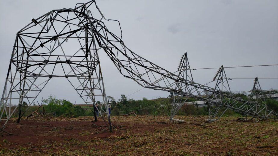 Tempestade e fortes ventos deixaram estragos em Umuarama e 15 cidades sem luz